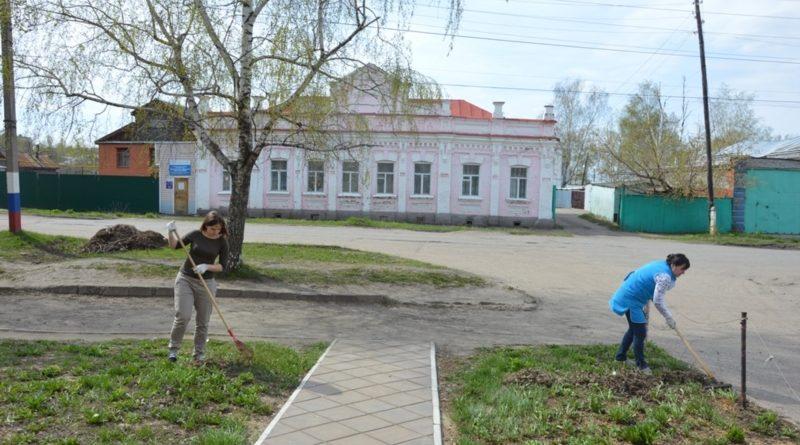 Сотрудники «Алатырских вестей» прибрались на прилегающей территории