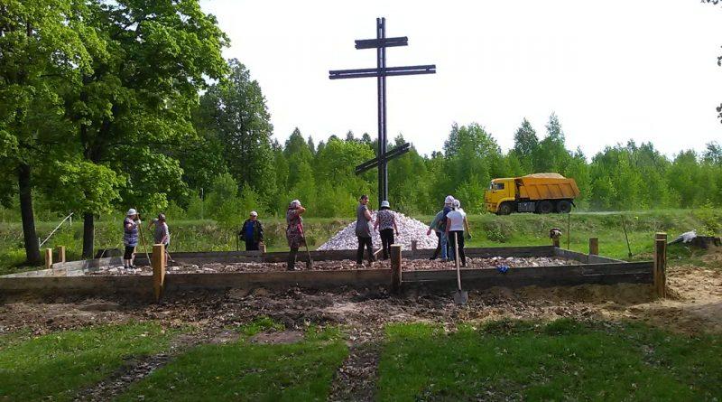 В п. Первомайский ведутся работы по благоустройству у поклонного креста