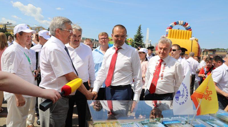 На Красной площади в Чебоксарах открылась юбилейная межрегиональная выставка «Регионы – сотрудничество без границ»