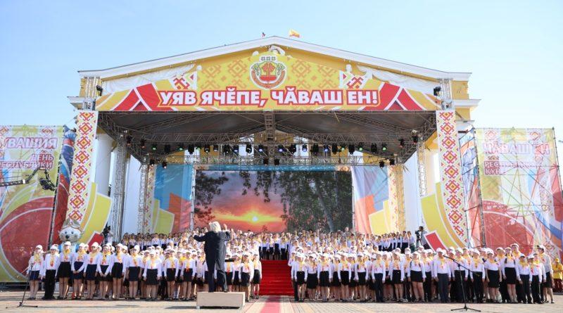 С Днем Республики поздравили участники сводного Детского хора