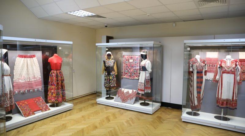 В День Республики открылась выставка «Роспись иглой…» из собрания Российского этнографического музея
