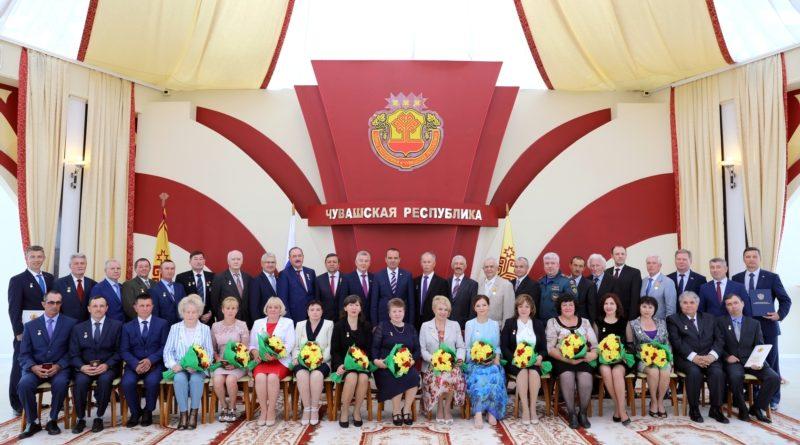 Глава Чувашии вручил госнаграды накануне Дня Республики