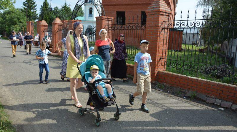 Крестный ход в Алатыре в память о царской семье 4