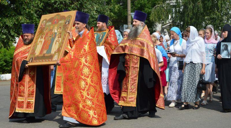 Крестный ход в Алатыре в память о царской семье 8