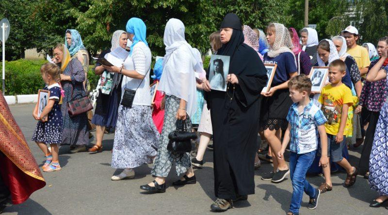 Крестный ход в Алатыре в память о царской семье 9