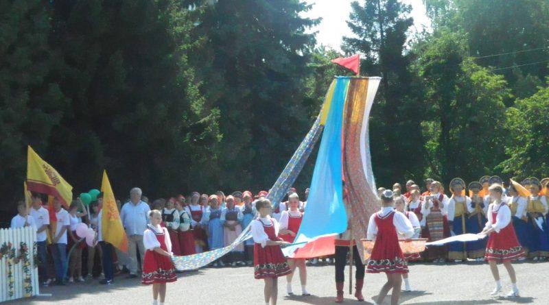 Народные коллективы семи регионов страны поздравили Алатырь с Днем рождения 2