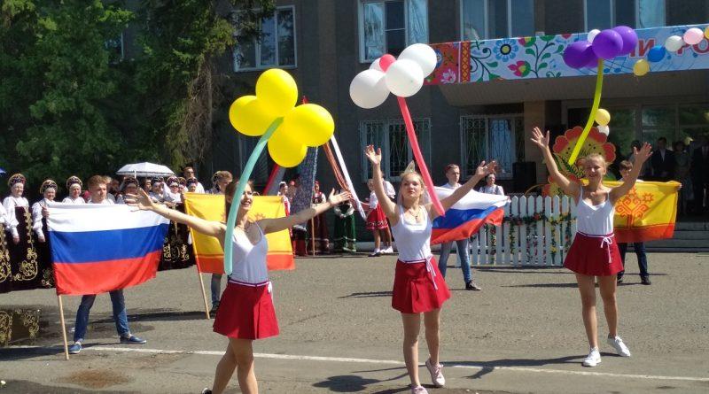 Народные коллективы семи регионов страны поздравили Алатырь с Днем рождения 15