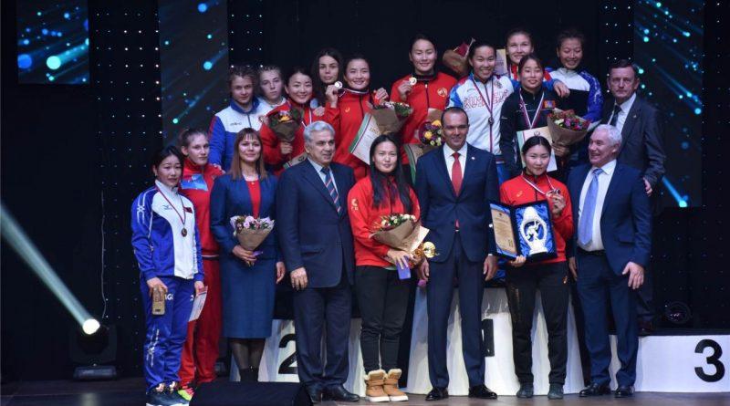 Глава Чувашии Михаил Игнатьев вручил награды победителям Открытого Кубка России по вольной борьбе среди женщин 1