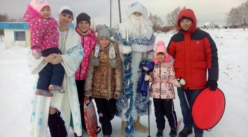 Многодетные семьи села и поселка Алтышево получили новогодние подарки от Деда Мороза и Снегурочки