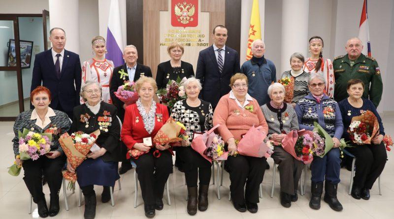 Памятные знаки «В честь 75-летия полного освобождения Ленинграда от фашистской блокады» получили ветераны от Главы Чувашии