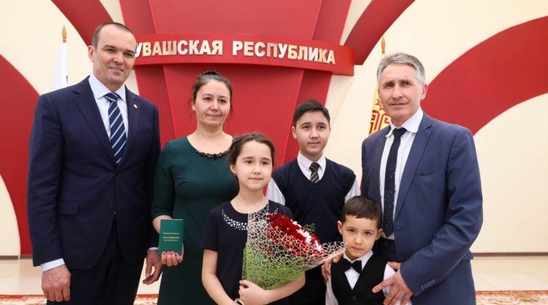 Михаил Игнатьев вручил первые удостоверения многодетным семьям республики