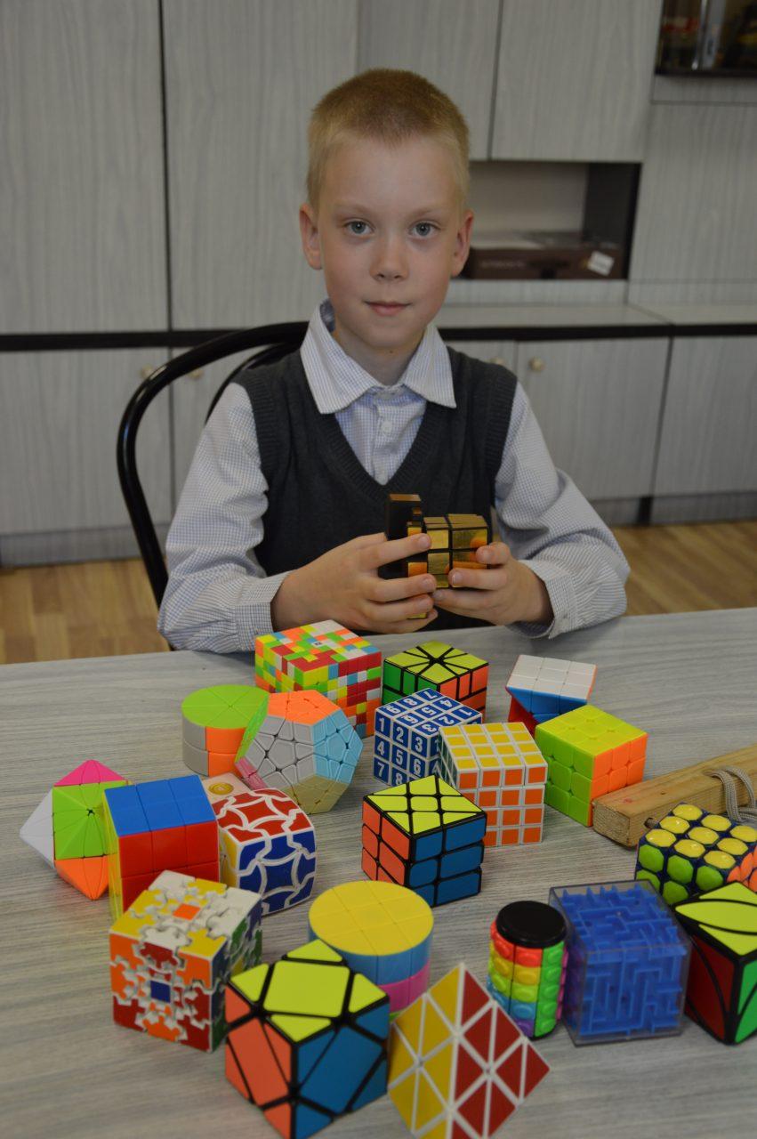Увлечение второклассника Саши Алексеева - скоростная сборка кубика Рубика