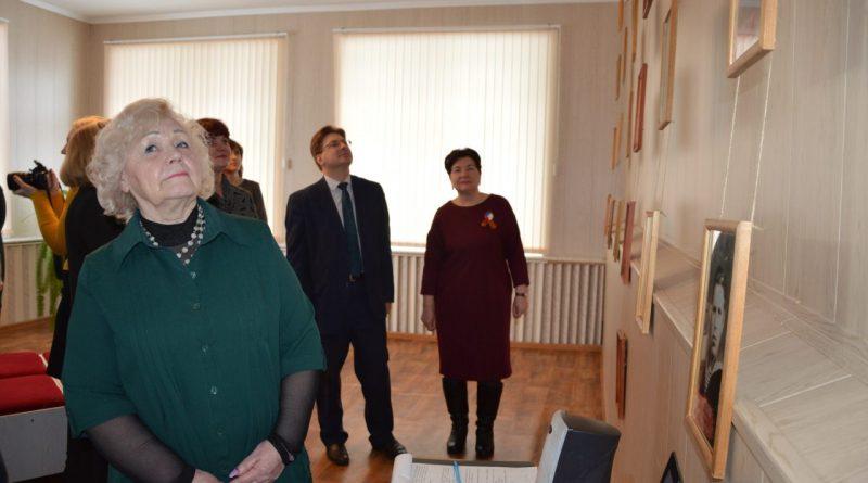 В Алатырском филиале Чувашского государственного университета им. И.Н. Ульянова открыли фотовыставку «Мой Герой» 6
