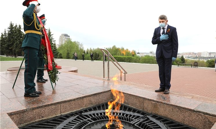 Олег Николаев возложил цветы к Вечному огню у Монумента Славы