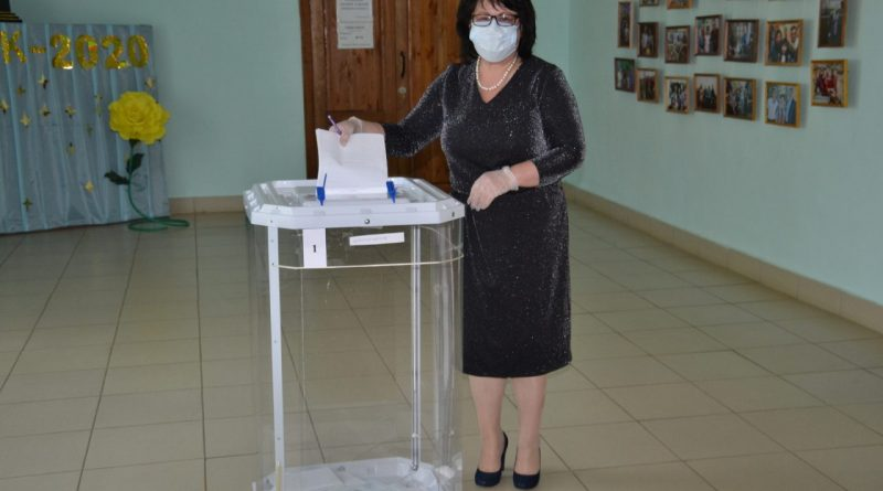 Глава администрации района Нина Шпилевая проголосовала за внесение поправок в Конституцию Российской Федерации