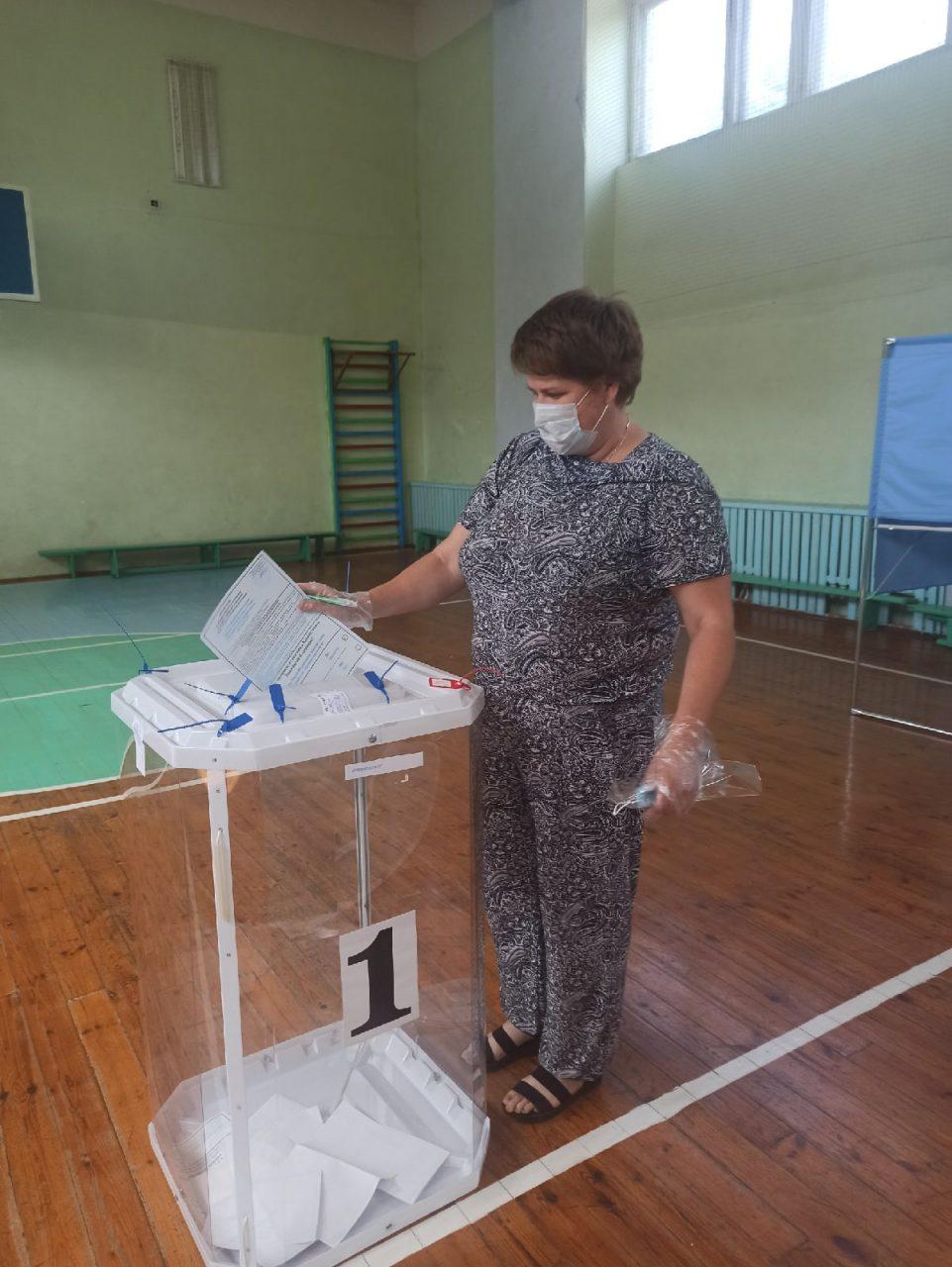 На избирательных участках в Алатыре и Алатырском районе продолжается общероссийское голосование по вопросу одобрения изменений в Конституцию Российской Федерации 1