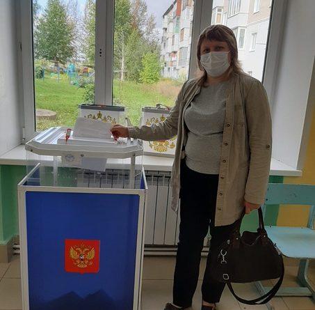 Многодетная жительница Алатыря Татьяна Наумова проголосовала в школе, где учатся её дети