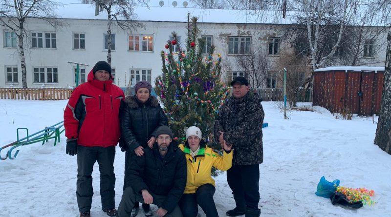 Двор дома № 21 на Стрелке  украсило новогоднее дерево