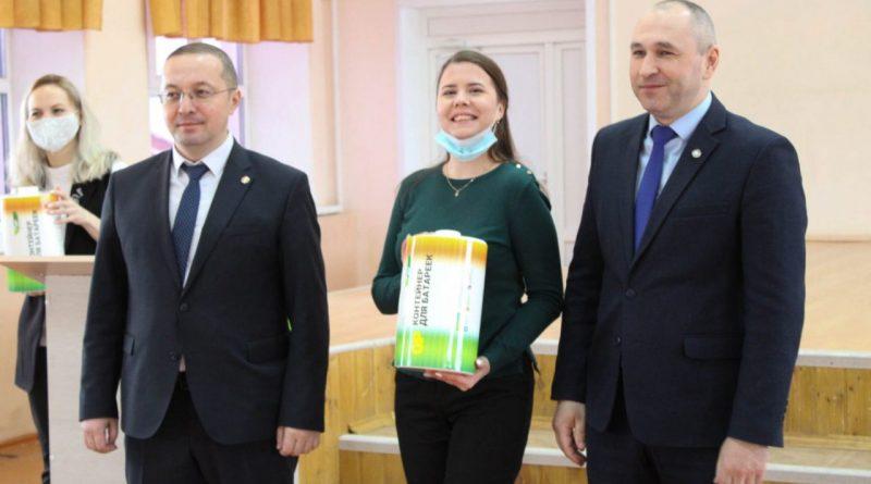 Первые контейнеры по сбору батареек вручены школам города Чебоксары