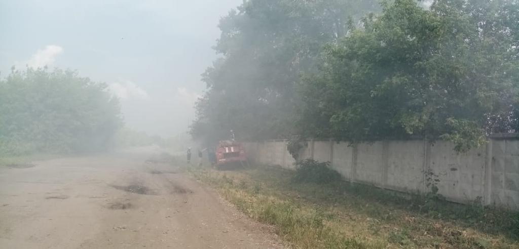 В Алатыре пожарные и предприятия города участвуют в ликвидации возгорания на полигоне ТБО 1