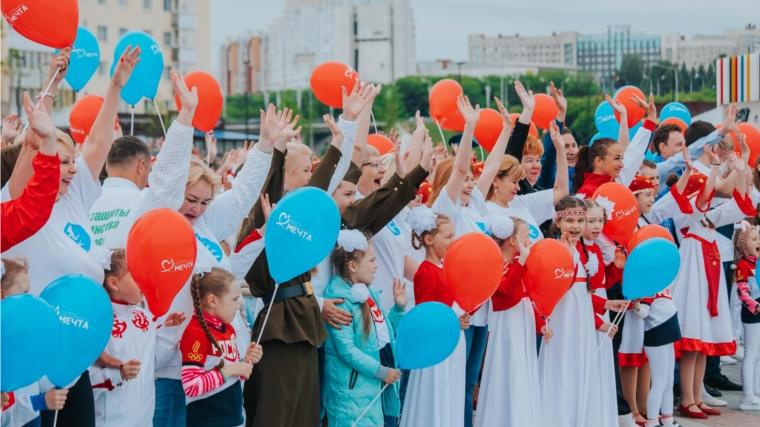Песенный флэш-моб объединил взрослых и детей 1 июня на Красной площади в Чебоксарах